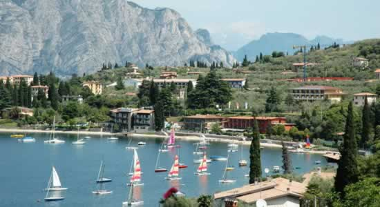 Hotels Lake Garda, Italy. holidays on line Italian lakes travel hotels residence bed breakfast self-catering accommodation.